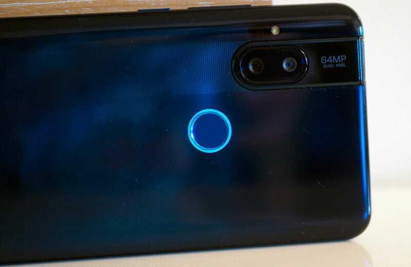 Казалось бы совсем недавно компания Motorola удивила своей новой раскладушкой и уже появился еще один смартфон Тоже интересный… Модель получила выезжающую камеру