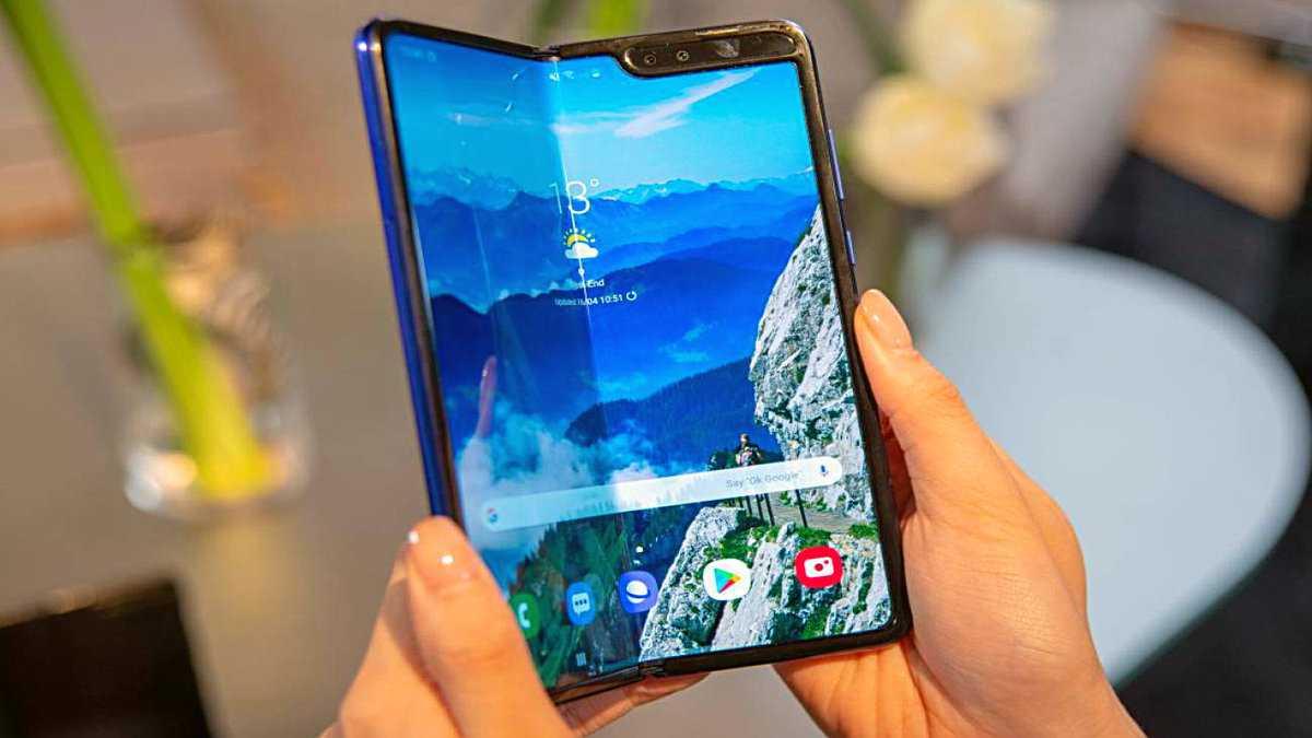 В сети уже неоднократно появлялись сведения на предмет планов компании Samsung представить недорогую версию гибкого смартфона Galaxy Fold Теперь гаджет появился на