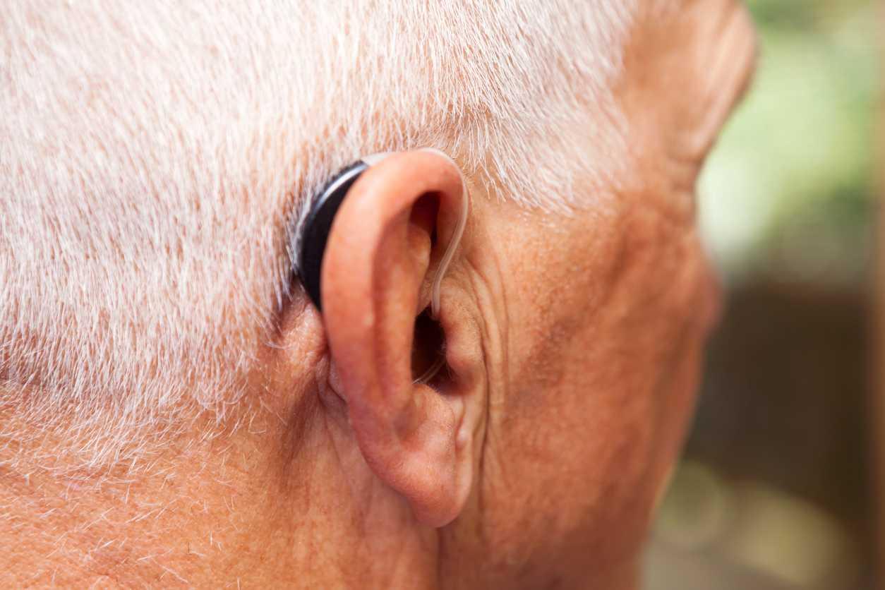Проблемы со слухом, слуховые аппараты для пожилых людей