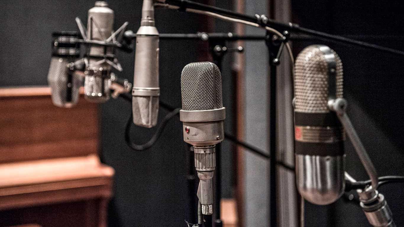 Как правильно пользоваться вокальными микрофонами на сцене?    prosound