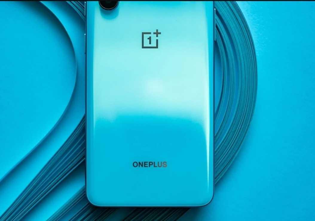 Хао Ран – дизайнер по продуктам компании OnePlus в своем аккаунте социальной сети Weibo представит прототип смартфона 7T в новом цвете Речь идет о матовой золотой