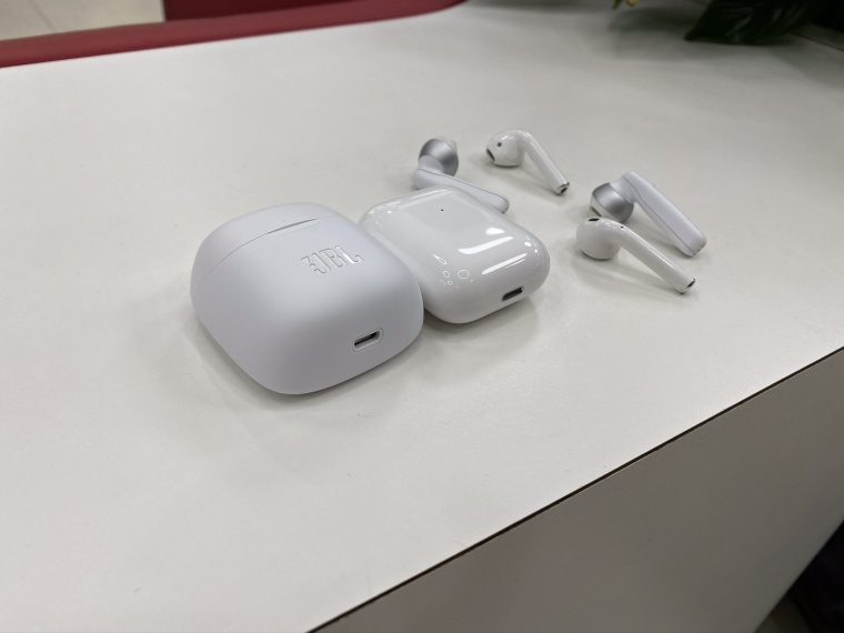 Компания Harman создала конкурента для топовых наушников Apple AirPods только вот цена новинка составляет всего 5990 рублей Речь идет о JBL Tune 220TWS которые
