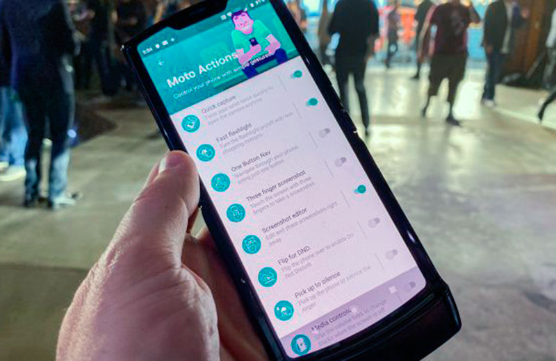 Еще вначале года стало известно что компания Motorola тоже работает над складным смартфоном Razr Ожидалось что новинка будет представлена летом но ожидания
