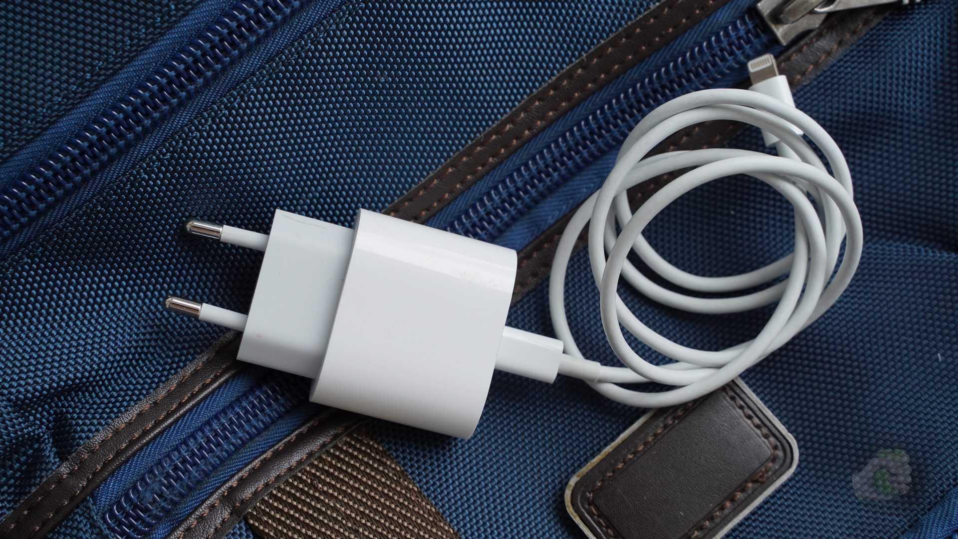 Это возможно. заряжаем macbook внешним аккумулятором