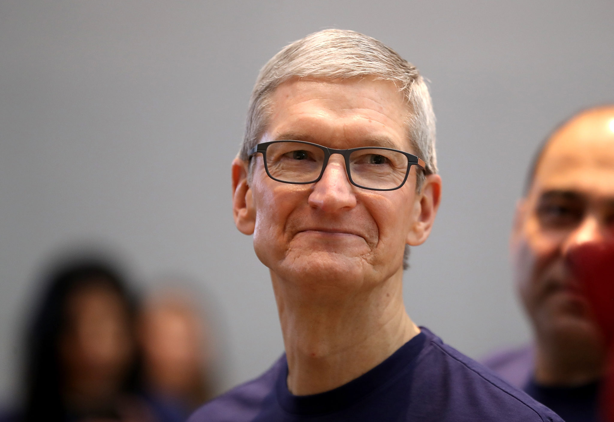 Компания apple впервые подарила своему главе тиму куку крупный пакет акций