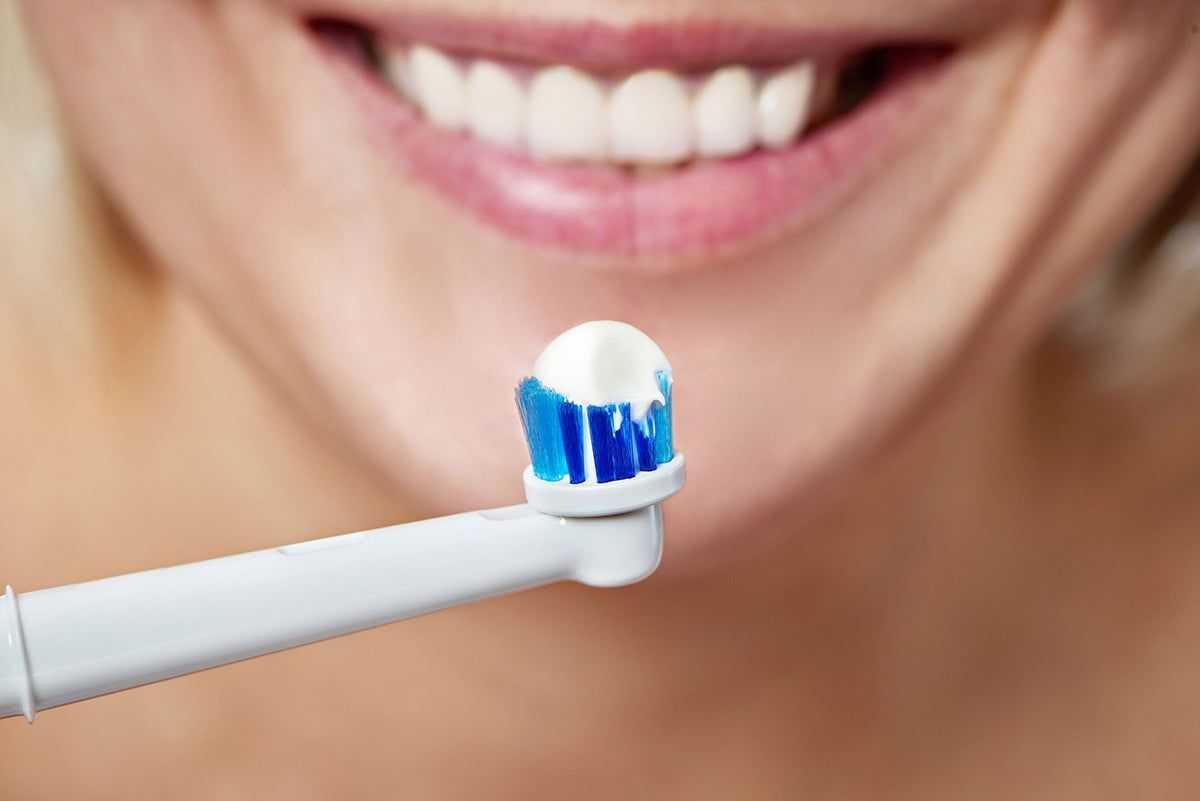 Какая зубная щетка лучше и чем отличается звуковая от электрической?
