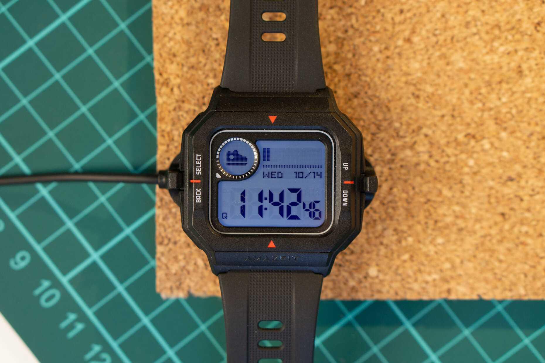 Компания Huami вновь порадовала свою целевую аудиторию доступным ценником и качественными смарт-часами серии Amazfit Neo Гаджет выполнен в стиле 80-х годов