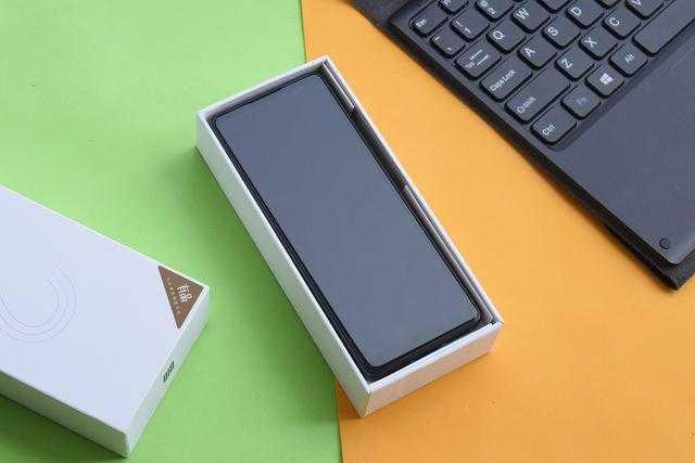 Начались продажи неприлично длинного и сверхдешевого смартфона xiaomi