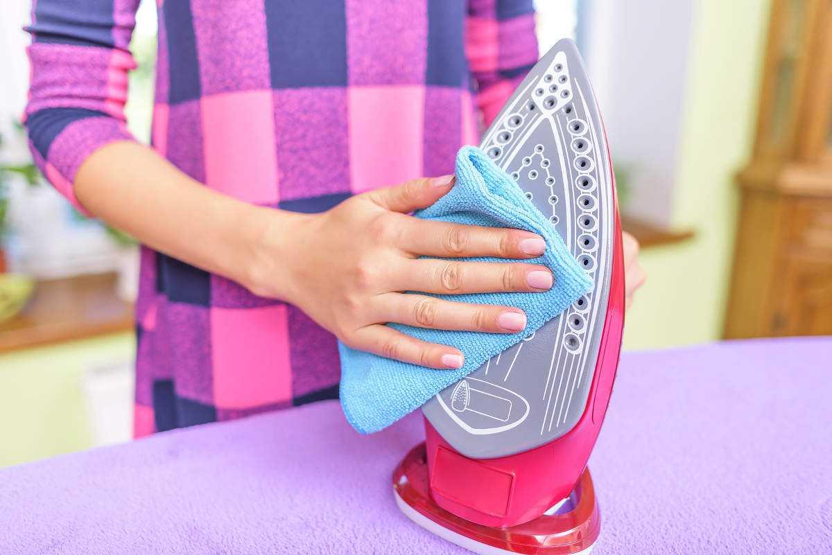 Как почистить утюг от пригоревшей ткани и нагара в домашних условиях