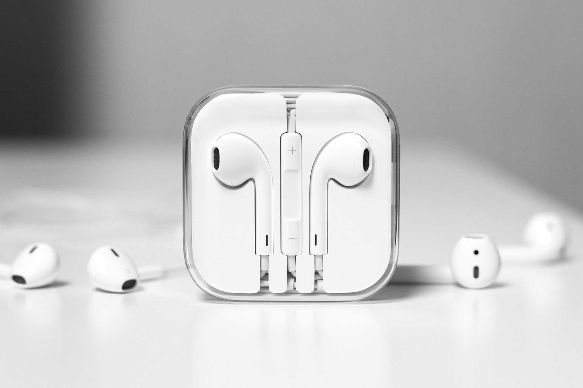 Совсем недавно на просторах всемирной паутины появились данные на предмет того что компания Apple в скором будущем собирается анонсировать AirPods 3 хотя это спорный