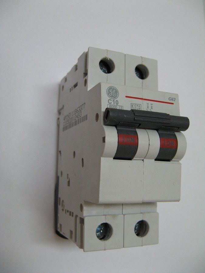 Прочитайте в статье информацию о том как выбрать автоматический выключатель для дома Какая модель является наиболее лучшей из ассортимента на рынке