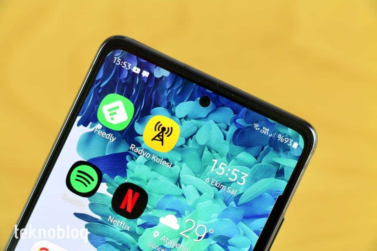 Компания Samsung анонсировала новую флагманскую линейку смартфонов серии S20 FE Другое название гаджета – это Fan Edition Речь идет о достаточно своеобразной версии