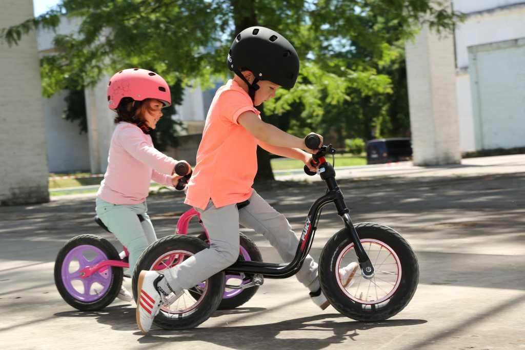 В статье представлены полезные данные на счет выбора беговела для ребенка Вы узнаете о вариантах для 2-3 лет которые принято считать лучшими