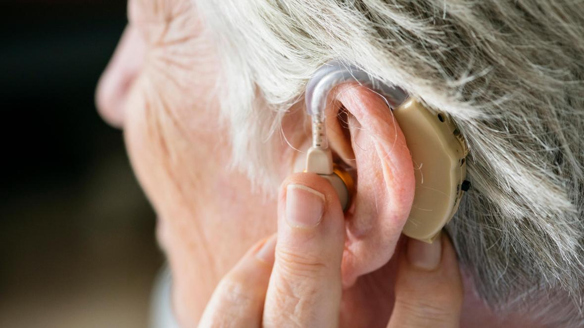 В статье представлена полезная информация-руководство по выбору лучшего варианта слухового аппарата для пожилых людей для постоянного применения
