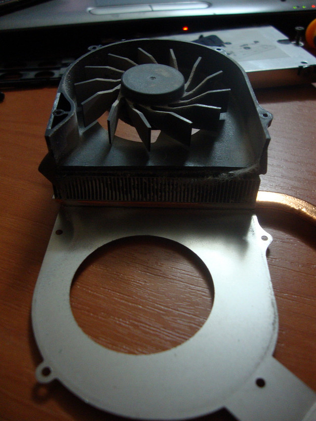 Как почистить ноутбук от пыли самостоятельно: не разбирая, глубокая чистка, с заменой термопасты