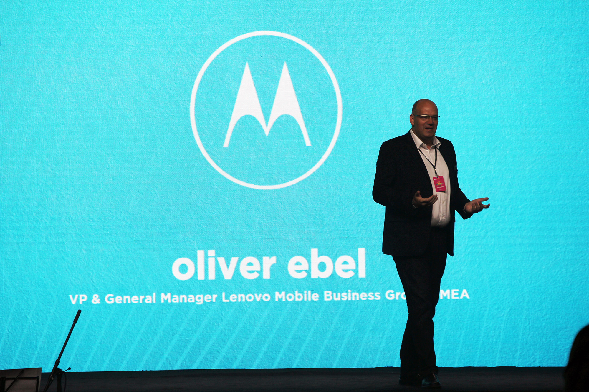 На территории Европы состоялась презентация нового смартфона от Motorola стоимость которого должна составить 300 евро На выбор покупателя предлагаются синий и белый