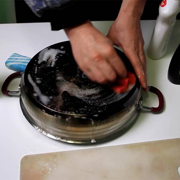 Чем и как можно помыть мультиварку от жира внутри?