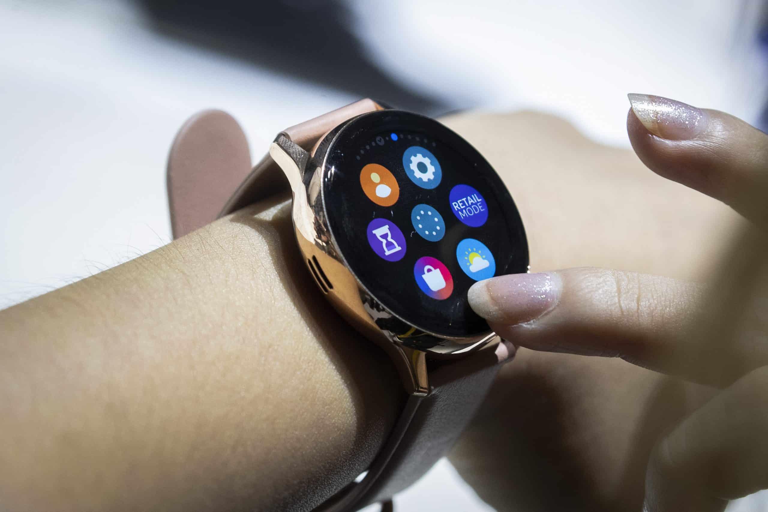 Какие смарт-часы samsung galaxy выбрать? простой гид по главным моделям бренда |  палач | гаджеты, скидки и медиа