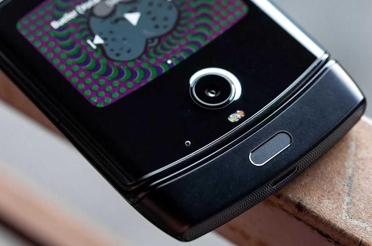 Lenovo выдала видеоролик со складным смартфоном motorola razr 2019 за свой
