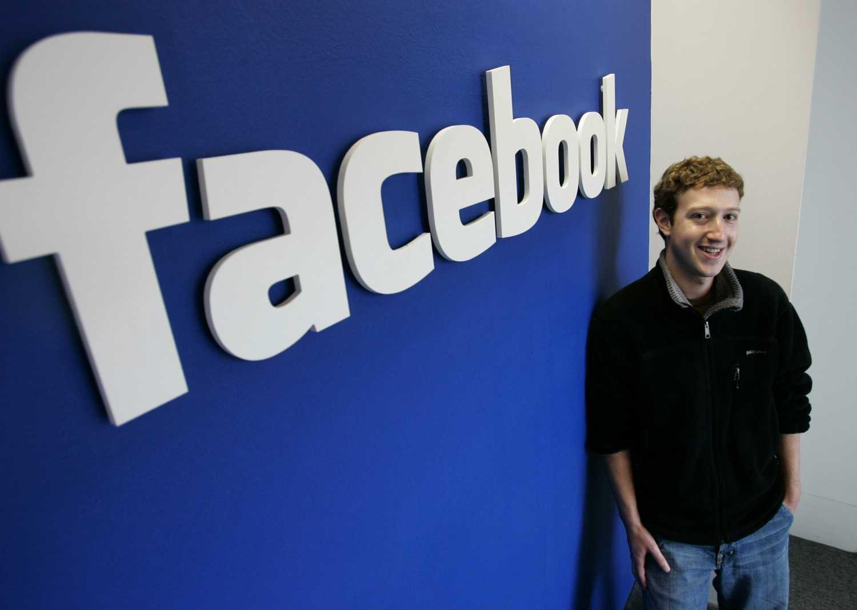 На фанатской странице компании Motorola в социальной сети Facebook появились первые фото нового смартфона бренда На данный момент название владельца бренда не