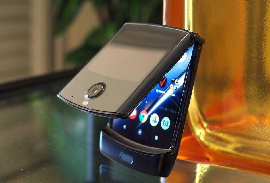 Motorola воскресила легендарную «раскладушку» razr. теперь она с гибким экраном. видео - cnews